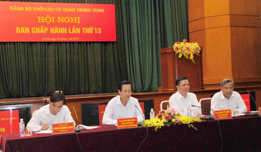 Đồng chí Đào Ngọc Dung, Bí thư Đảng uỷ Khối các cơ quan TW (thứ 2 từ trái sang) và  đồng chí Đinh Tiến Dũng, Bí thư Ban Cán sự Đảng, Bộ trưởng Bộ Tài chính (thứ 2 từ phải sang)